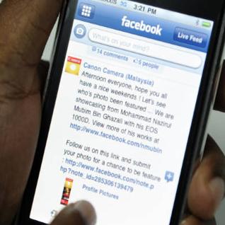 Zuckerberg: Facebook nuk do të prodhojë telefon