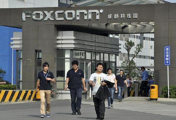 Foxconn mbyll fabrikën pas një zënke mes 2000 punëtorëve