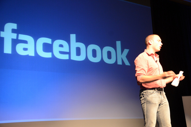 Google: Facebook po acaron përdoruesit