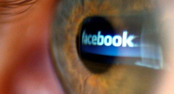 """Vjedh tabletin dhe poston fotografinë e tij në faqen e """"viktimës"""" në Facebook"""