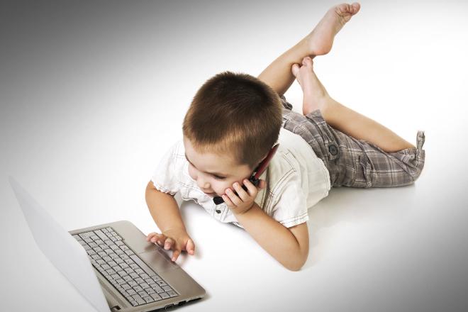 Ja pse prindërit duhet t'u flasin fëmijëve mbi Facebook-un