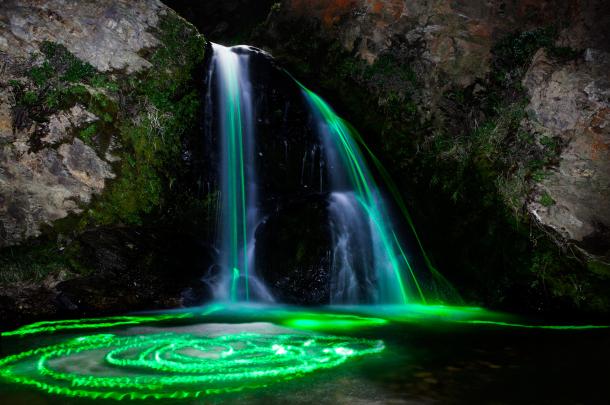 """""""Ujëvarat"""" me neon që ndriçojnë natyrën gjatë natës"""