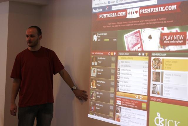 Floriment Klinaku nga Puntoria gjatë lansimit të lojës së Pishpirikut