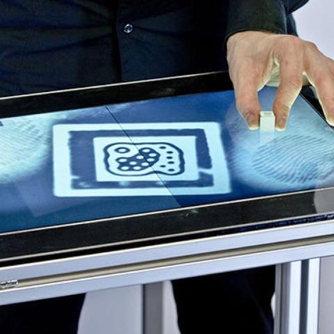 Ju prezantojmë me ekranin e parë më prekje që njeh gjurmët e gishtave