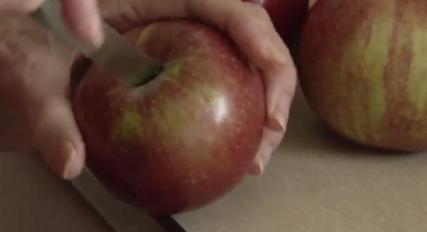 Paguan 1,500 dollarë australianë për 2 iPhone, por merr 2 mollë