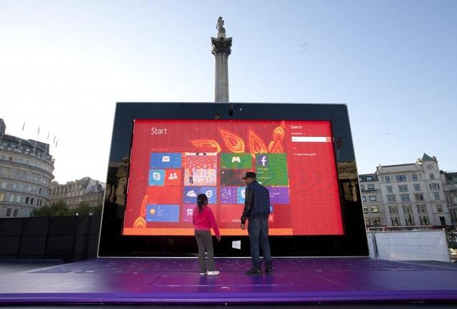 Tableti gjigand i Microsoft-it në qendër të Londrës: Mbi 5 metra i lartë