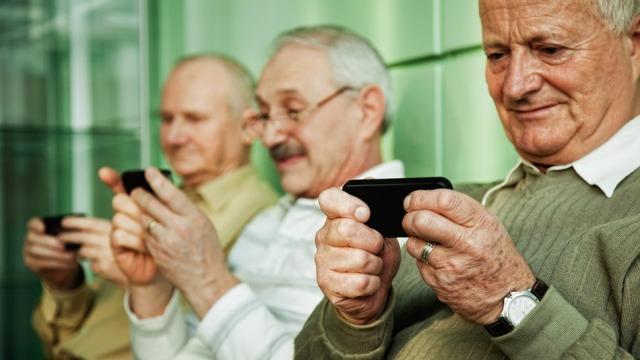 Vetëm 3% e përdoruesve të smartfonëve mbi 65 vjeç i përdorin ato për mesazhe