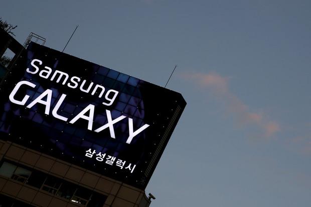 Samsung planifikon të prezantojë smartfon që mund të lakohet