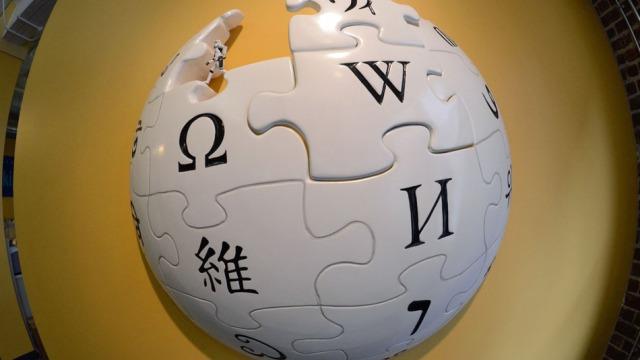 Paraqitet algoritmi që vlerëson cilësinë e artikujve në Wikipedia
