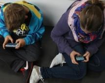 Ministria e Shëndetësisë: Kujdes, fëmijëve po iu shtrembërohet shtylla kurrizore nga lojërat në celular