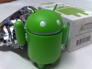 Android_green_figure_next_to_its_original_packaging-300x225