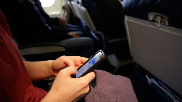 90 për qind e udhëtarëve nga SHBA nuk largohen nga shtëpia pa telefonët celularë
