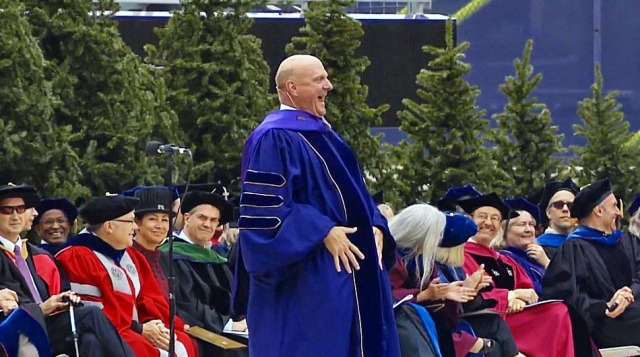 Steve Ballmer mban një ligjëratë motivuese gjatë ceremonisë së diplomimit në Universitetin e Uashingtonit