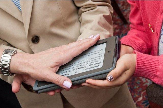 Ambasadorja e SHBA-së në Zvicër është e para që bën betimin mbi një pajisje elektronike