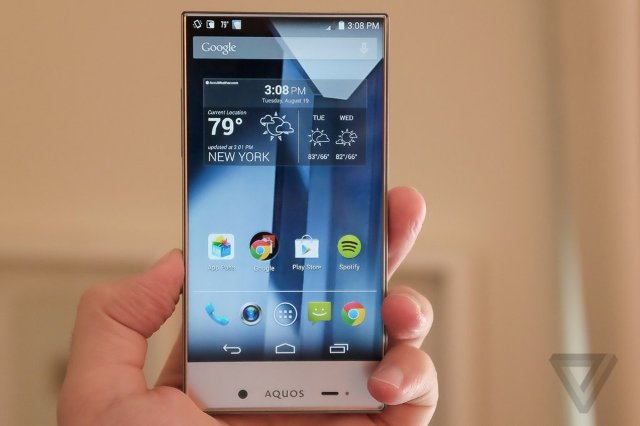 """Smartfoni """"Aqous Crystal"""" nga Sharp duket sikur ka dalë nga filmat fantastiko-shkencor"""