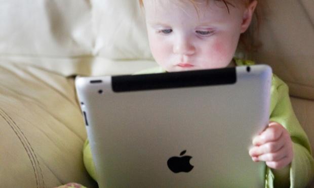 Si po ndikojnë tabletët dhe telefonët inteligjentë në zhvillimin emocional dhe social