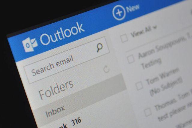 Microsoft nuk do të ofrojë më komunikimin me kontaktet Google Talk dhe Facebook në Outlook.com