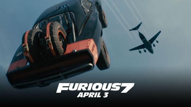 Në këtë video producentët e Fast and Furious 7 hedhin me të vërtetë makina nga një aeroplan luftarak