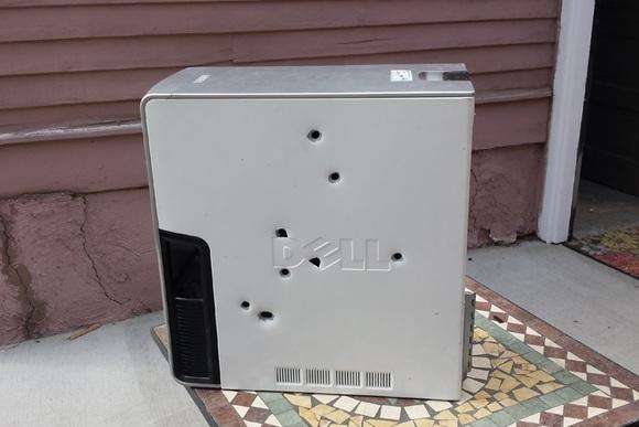 """Një shtetas amerikan shkrepi 8 plumba në kompjuterin e tij Dell pas problemeve që shfaqte me """"ekranin blu të vdekjes"""""""