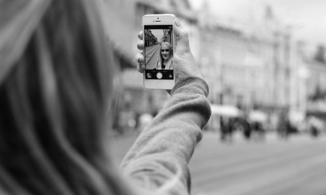 Femrat shpenzojnë 5 orë në javë duke shkrepur selfie