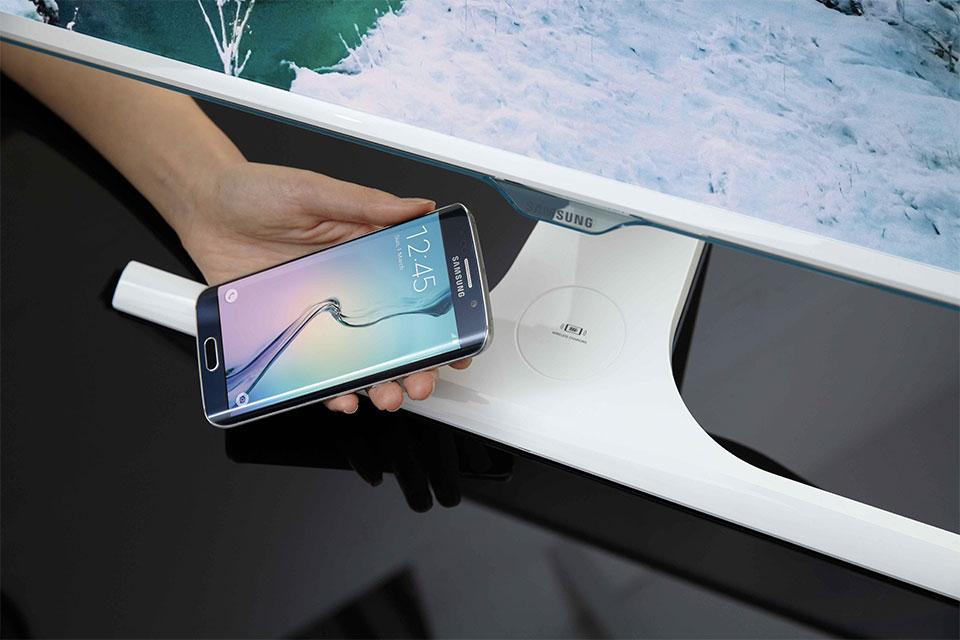 Samsung do të hedhë në treg monitorë të aftë të karikojnë smartfonët përmes wireless-it