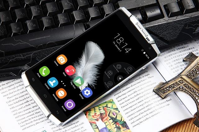 Oukitel K10000, një telefon inteligjent Android me jetëgjatësi baterie 10-15 ditë