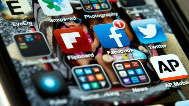 Forumi Ekonomik Botëror: Përdoruesit e medias dixhitale shpenzojnë më shumë kohë online sesa duke fjetur