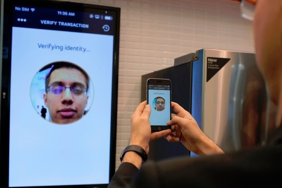 MasterCard do të sjellë identifikimin përmes selfieve në blerjet dhe pagesat online