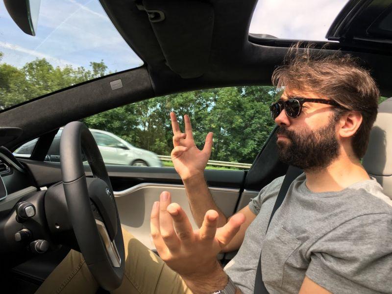 """Tesla nuk duhet të përdorë termin """"autopilot"""" paralajmërojnë autoritetet Gjermane"""