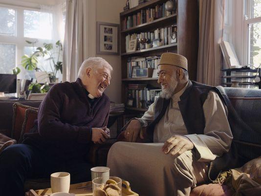 Një imam dhe një famullitar promovojnë harmoninë ndërfetare në një reklamë të Amazon