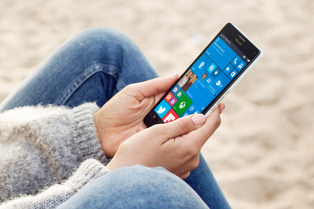 Satya Nadella: Microsoft po punon në telefonin e ëndrrave